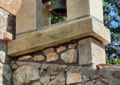 Taille et pose d'un clocher en pierre de gré